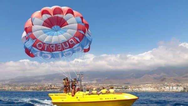 El barco de paracaidismo en el agua cerca de Costa Adeje prepara a los huéspedes para volar