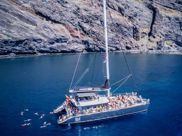Freebird catamaran houdt pauze tijdens een tocht nabij Masca