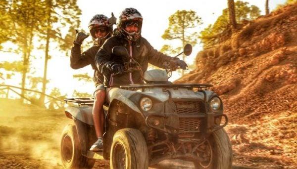 2 hommes ensemble sur un quad pendant un safari en quad à Tenerife
