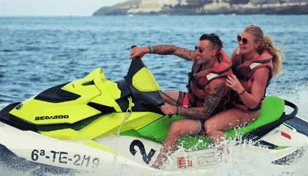 Couple blond sur un jet ski vert à Tenerife