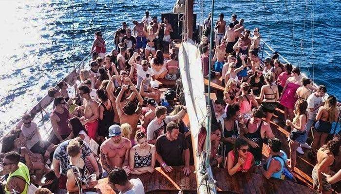 jongeren die van een bootfeest genieten