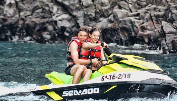 Couple profitant d'un safari en jet ski
