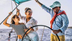 Familie op een boottocht buiten Costa Adeje