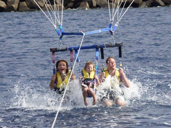 Una familia de 3 personas disfruta del parasailing en Tenerife