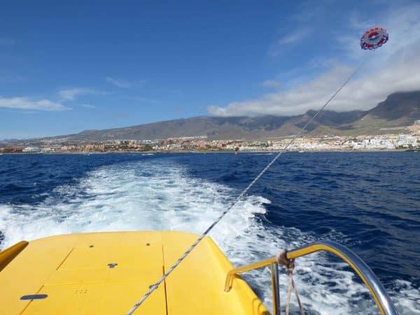 Una pareja volando alto durante un vuelo de parascending en Tenerife