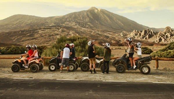 Le groupe Quad s'arrête au volcan Teide.