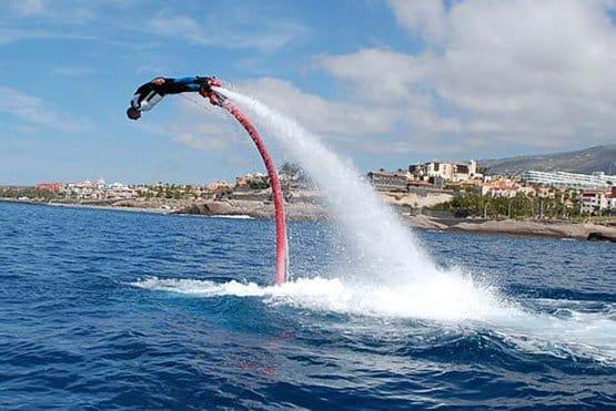 flyboarding vicino a costa adeje