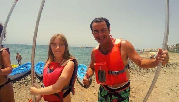 Paar klaar voor een kajaktocht vanuit Los Cristianos