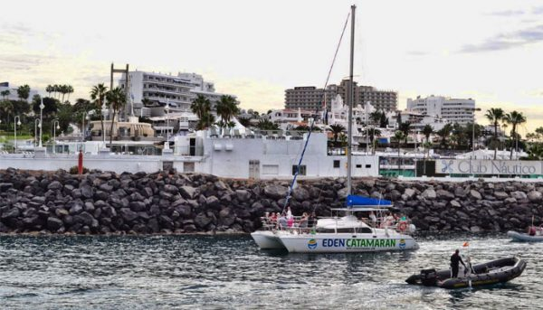 Eden Catamaran verlaat de haven