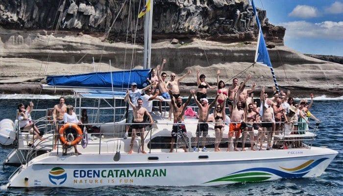 Groep mensen genieten van hun boottocht