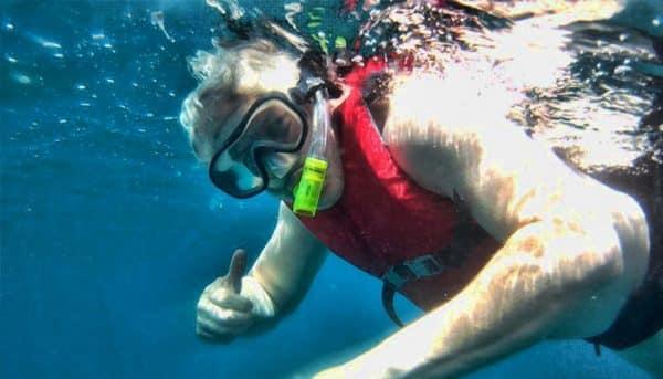 Man is aan het snorkelen