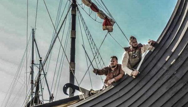 2 vikingen tijdens een boottocht