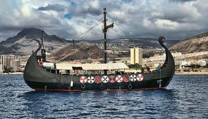 Vikingschip met Los Cristianos op de achtergrond