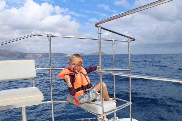 Un niño disfruta de un viaje en barco en Tenerife