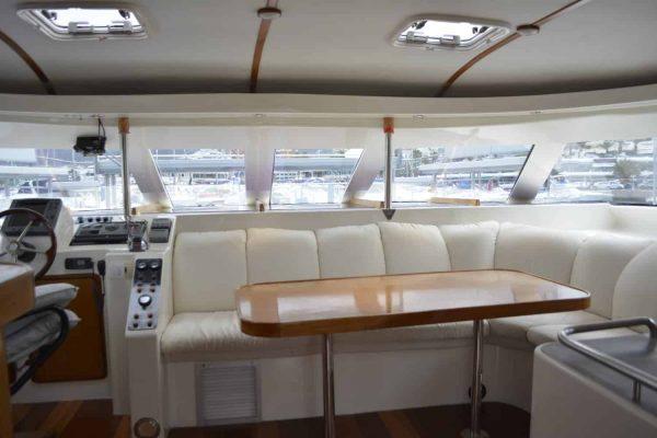 Interior del catamarán Monte Cristo