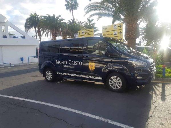 Furgoneta de recogida del catamarán Monte Cristo para recoger a los clientes en el hotel