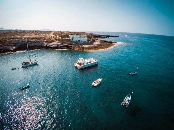 El catamarán Monte Cristo descansa en la bahía de El Puertito