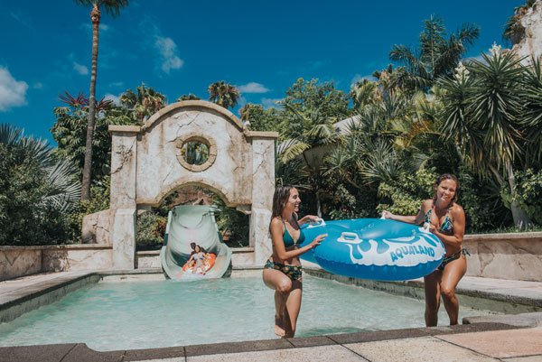 Meisjes komen uit de glijbaan in Aqualand