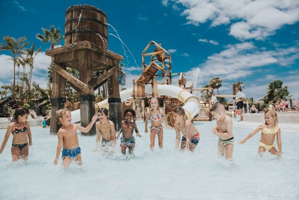 Kinderen spelen in Aqualand