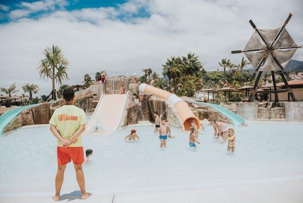 Badmeester in aqualand houdt kinderen in de gaten