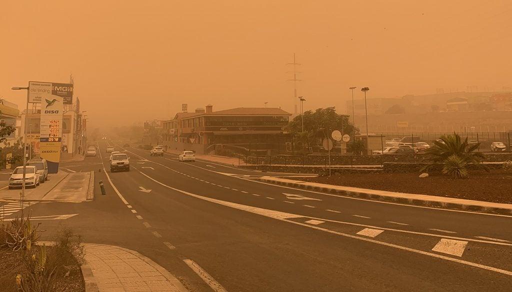 Snelweg in Tenerife die bijna niet meer zichtbaar is vanwege Calima