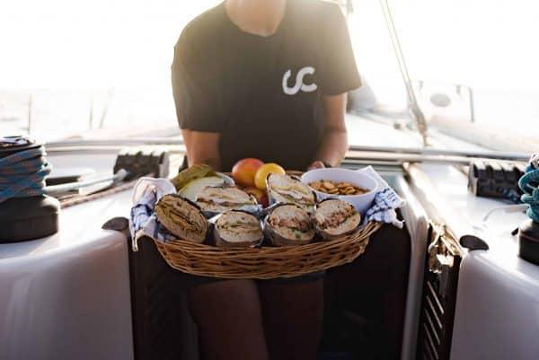 Eten geserveerd tijdens de walvis- en dolfijnentocht