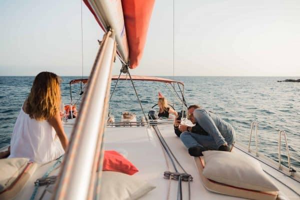 Toeristen op walvis- en dolfijnobservatie