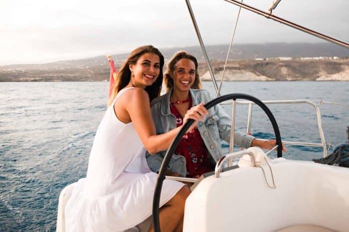 Twee meisjes genieten van een boottochtje met Atlantic Star