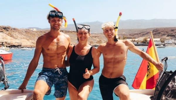 Groep mensen maakt zich klaar om te snorkelen