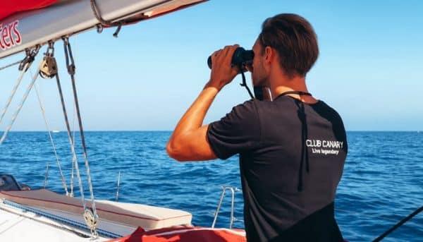 Man op zoek naar walvissen
