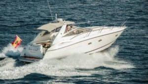 Barca Sunseeker che si può noleggiare tramite Club Canary per una gita in barca privata a Tenerife adatta a gruppi fino a 7 persone