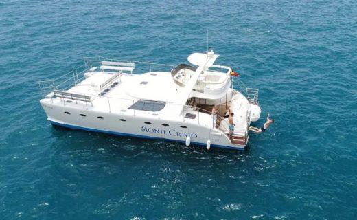 De boot Monte Cristo neemt een pauze zodat de gasten kunnen zwemmen